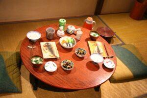 eating on tatami with chabudai